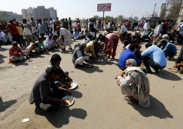 Demonstrators from the Jat community eat as they block the Delhi-Haryana national highway during a protest in New Delhi, India, February 21, 2016.  REUTERS/Adnan Abidi